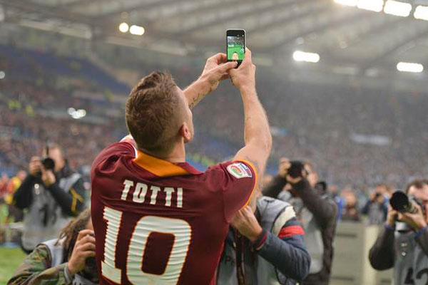 totti selfie - Mondiali e videogiochi, un matrimonio celebrato nell'ombra