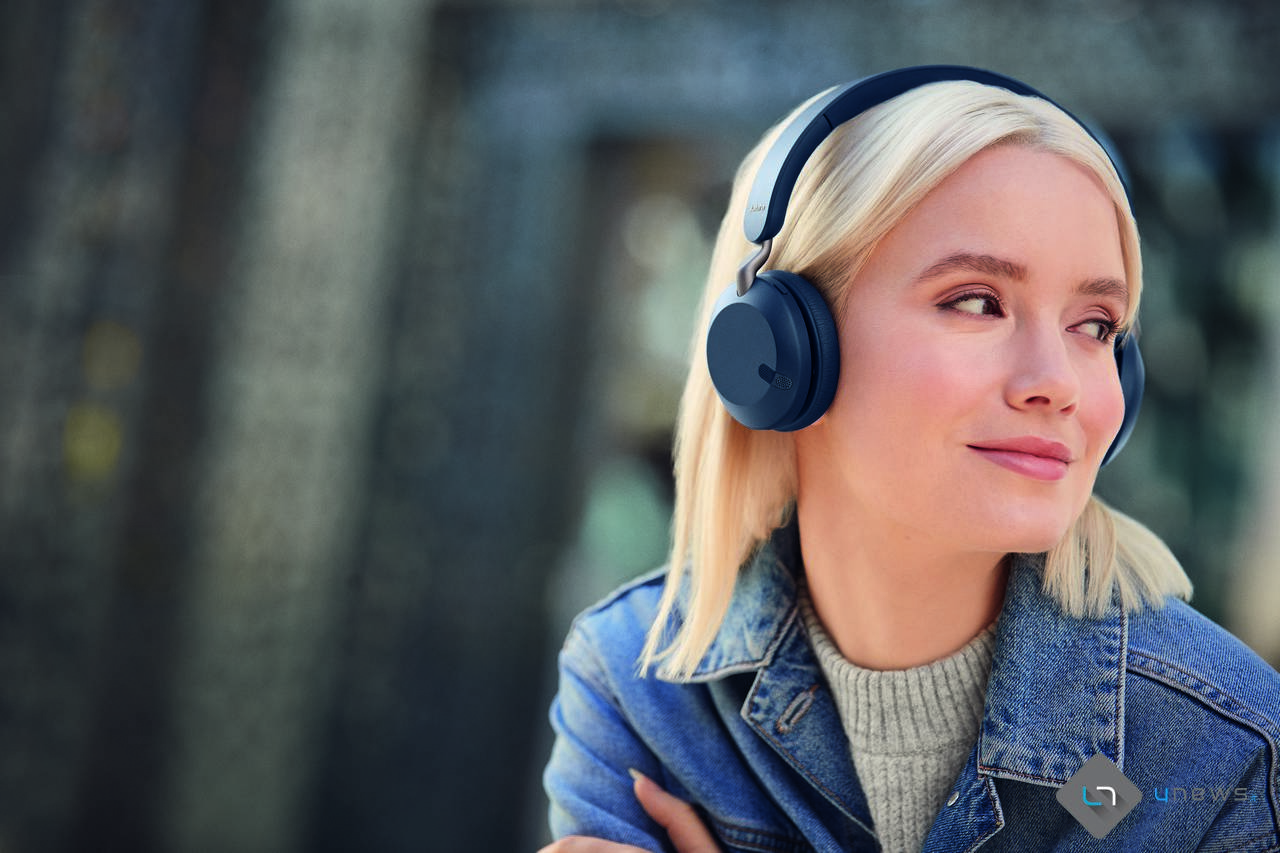 Jabra Elite 45h Navy LeadFemale 01 - Jabra presenta le nuove cuffie wireless sotto i 100 euro: Jabra Elite 45h